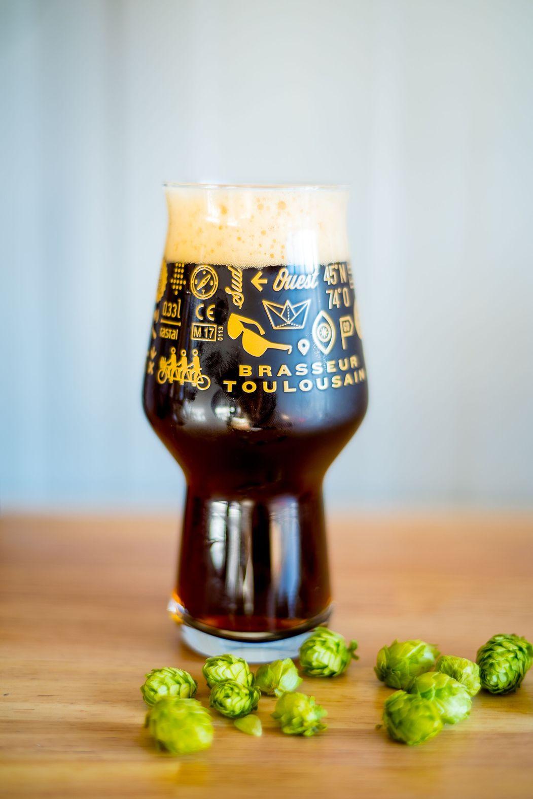 une bière et du houblon
